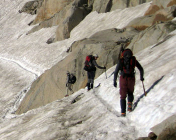 Uso de piolet y crampones en el glaciar del Aneto