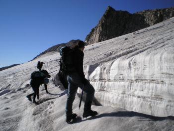 vestirse-montañero-equipo-ascension-aneto-grieta